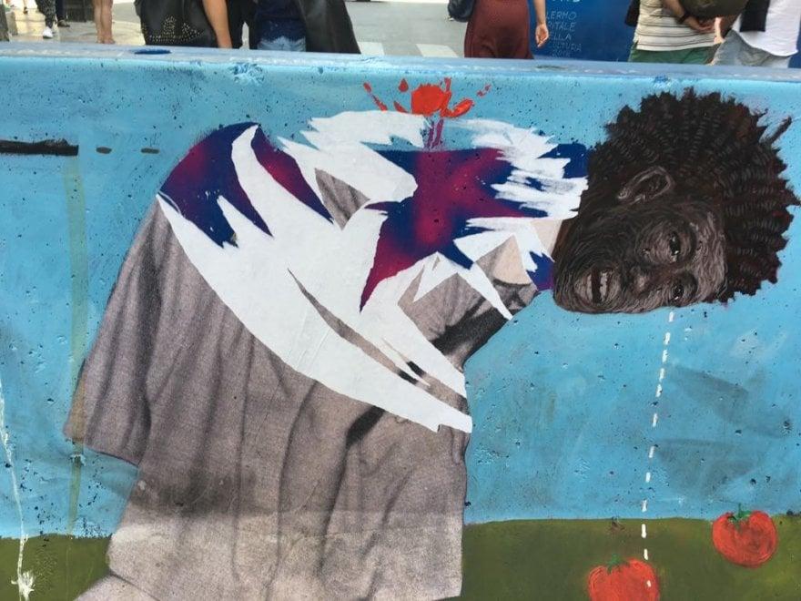 Palermo, sfregiato il ritratto del sindacalista Sacko dipinto sulla barriera anti-terrorismo