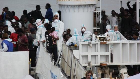 """Catania, al porto la nave Diciotti con 932 migranti. I sopravvissuti festeggiano: """"Italia, Italia"""""""