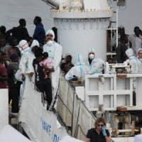 Catania, al porto la nave Diciotti con 932 migranti. I sopravvissuti festeggiano: