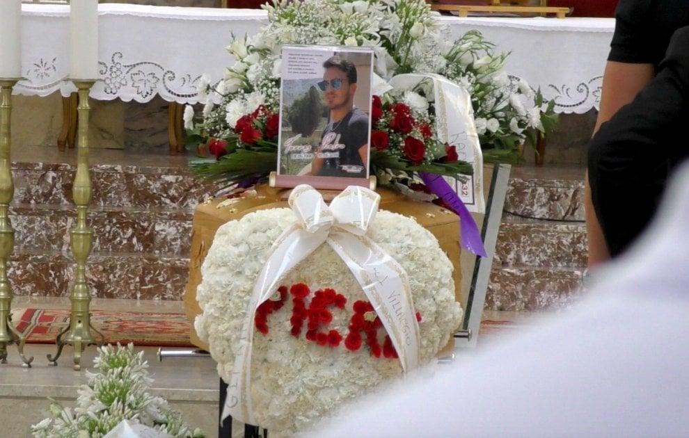 Palermo, fiori e striscioni al funerale del ragazzo precipitato con l'auto da Monte Pellegrino