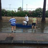 Agrigento, il lungomare si allaga per la pioggia: famiglia con la barca in strada a San Leone