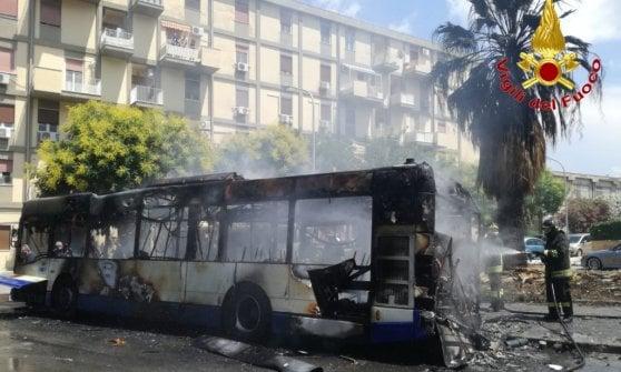 Palermo, autobus in fiamme a Borgo Nuovo