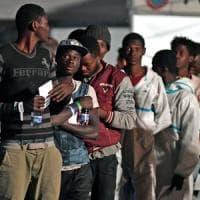 Migranti, anche un bimbo di 8 anni che viaggia solo tra i 509 sbarcati a