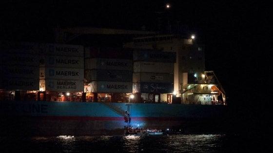 Pozzallo, cargo con 110 migranti a bordo davanti al porto. Donna incinta evacuata a Modica