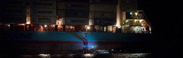 """Pozzallo, cargo con 110 migranti a bordo  """"Aspettiamo istruzioni"""". Donna incinta a Modica"""