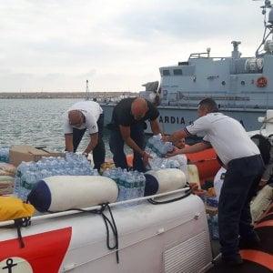 Migranti, il cargo danese in attesa a Pozzallo: la guardia costiera porta acqua e cibo