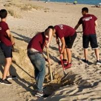 Gela, la disabile non riesce ad andare al mare: gli amici costruiscono una passerella per lei