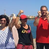 Migranti, la Diciotti in arrivo a Trapani: sul molo con magliette rosse e manette