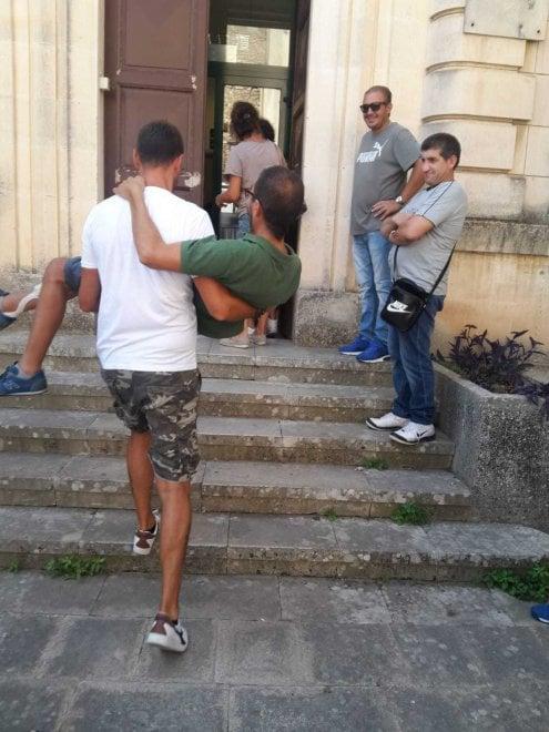 Ragusa, disabile portato in braccio per la visita della patente