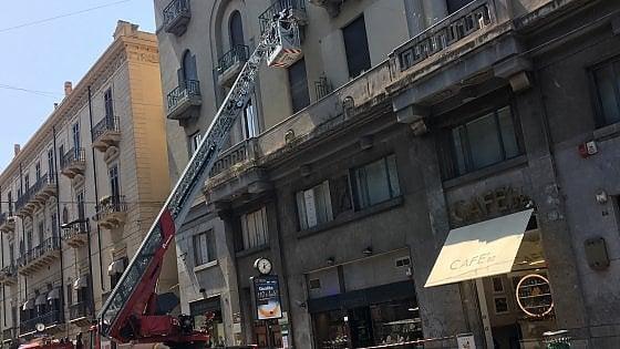 Palermo, cede un cornicione: intervento dei vigili del fuoco in via Ruggero Settimo