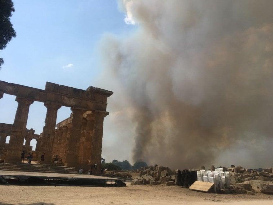 Fiamme accanto ai templi greci: incendio al parco archeologico di Selinunte