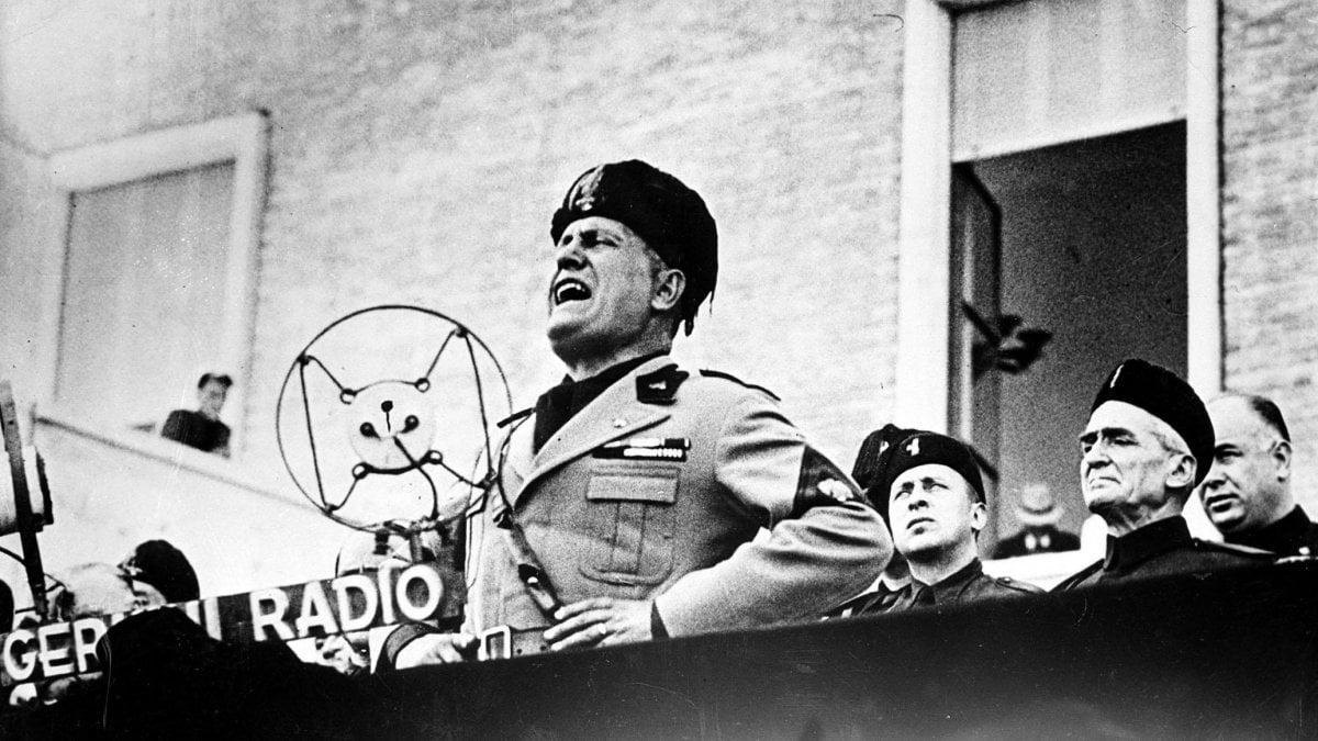 L'immagine di Mussolini esposta dietro al bancone di un bar