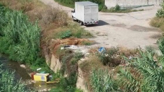 """Palermo, un furgone scarica rifiuti nell'Oreto: """"scoperto"""" dai volontari"""