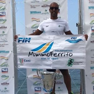 Un atleta palermitano vince tra i Master la traversata dello Stretto di Messina