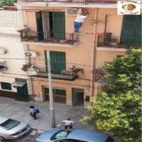 Palermo, l'operaio sospeso nel vuoto per installare un condizionatore