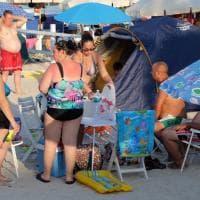 Palermo, tutto pronto per la notte di Ferragosto: spiaggia invasa da tende e ombrelloni