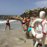 Favignana, manichino-provocazione in spiaggia: