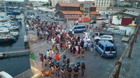 """Diciotti, a Catania alta tensione al porto: i manifestanti entrano nella """"zona rossa"""""""