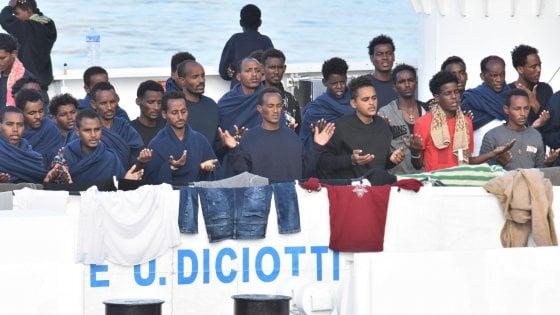 """Diciotti, alcuni migranti rifiutano il cibo per ore. Salvini: """"Facciano come vogliono"""""""