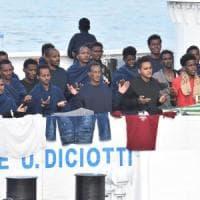 Diciotti, alcuni migranti rifiutano il cibo per ore. Salvini: