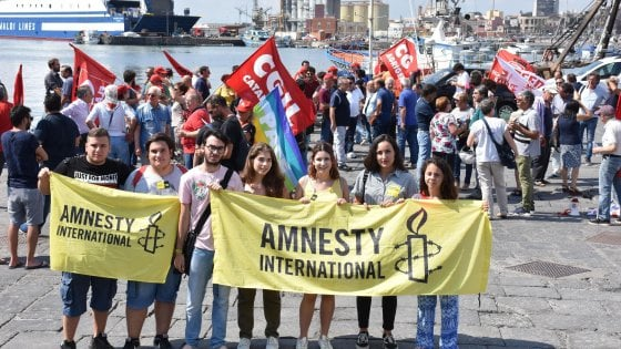 """Diciotti, la Sicilia si mobilita per i migranti. I medici: """"Fateci salire a bordo"""""""