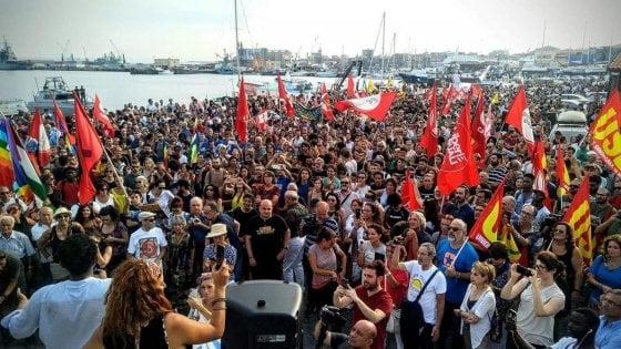 Diciotti, scontri al sit-in di Catania: feriti un agente e un militante