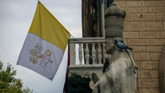 Niente tablet, ombrelli, creme solari o borracce: gli strani divieti per la visita del Papa in Sicilia