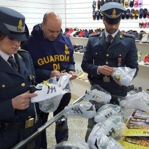 finest selection 53968 5f3e2 Palermo, traffico di scarpe contraffatte: maxi sequestro da ...