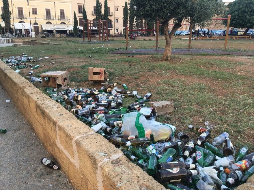 Palermo, in piazza Magione un tappeto di rifiuti dopo il concerto di Cosmo