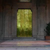 Palermo, alle porte della chiesa valdese i teli salvavita dei migranti
