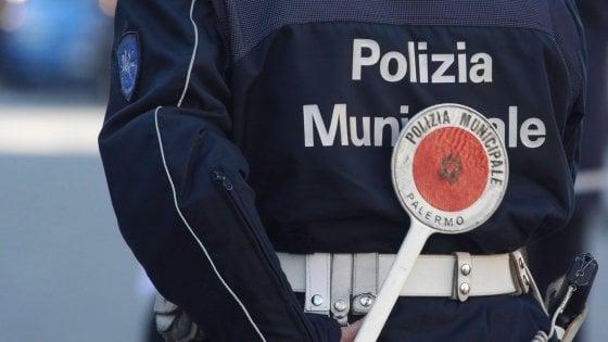 Palermo, un venditore di caldarroste aggredisce due vigili