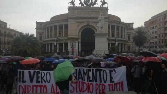 """A Palermo il corteo degli studenti: """"Il cambiamento? Non lo vediamo"""""""