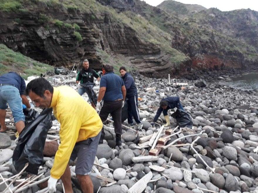 Eolie, 19 pescatori raccolgono 80 sacchi di plastica
