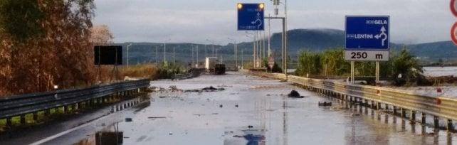 Maltempo, dopo il nubifragio conta dei danni vigili del fuoco ancora al lavoro nel Catanese