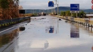 Maltempo, dopo il nubifragio conta danni vigili del fuoco al lavoro nel Catanese