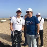 #oggiraccolgoio, alla Bandita ripulita la spiaggia da rifiuti e plastica