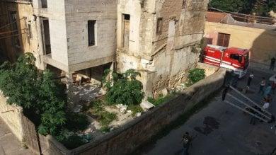 Palermo, bruciano rifiuti per strada  e rischiano di incendiare un locale