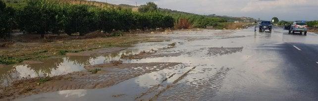 Catania-Gela, bomba d'acqua sulla statale automobilisti salvati dai sommozzatori