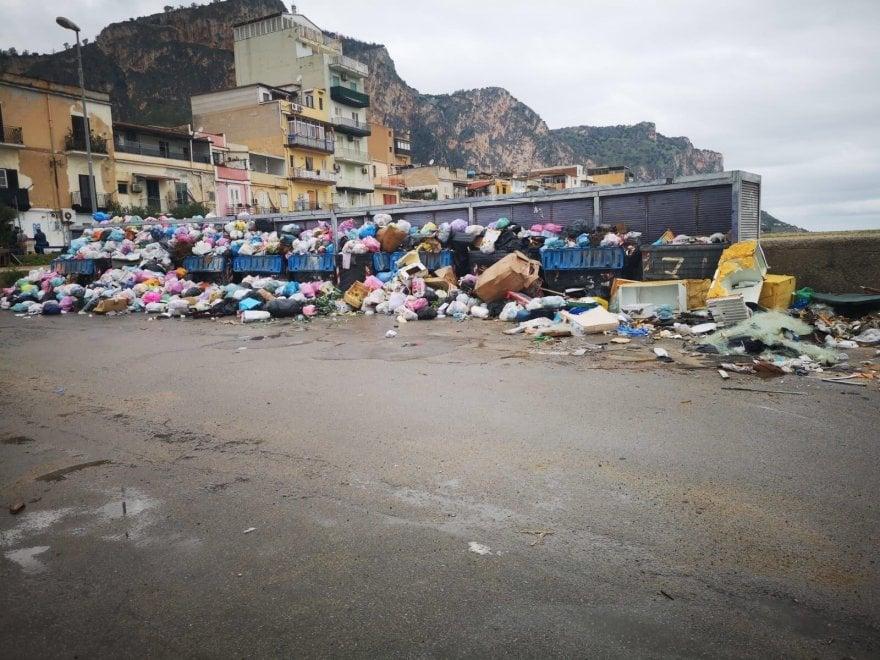 Palermo, Arenella e Villaggio Santa Rosalia invasi dai rifiuti