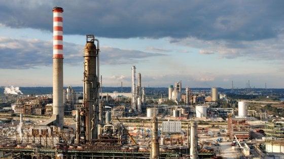 Rifiuti industriali sotto terra all'Eni di Gela? La denuncia su Rai2, indaga la procura