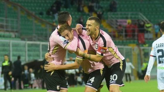 Salvi e Puscas fanno volare il Palermo: 2-1 al Cosenza, rosa in vetta alla serie B