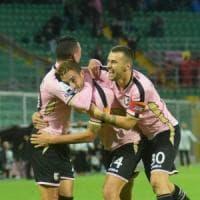 Salvi e Puscas fanno volare il Palermo: 2-1 al Cosenza, rosa in vetta alla