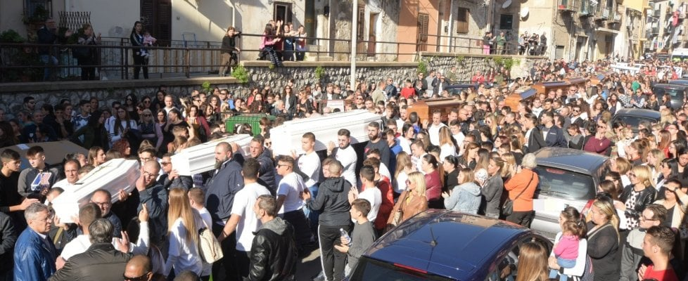 Folla e commozione per i funerali delle vittime dell'inondazione di Casteldaccia