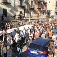 Casteldaccia, folla e commozione per i funerali delle vittime