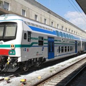 La finanza la insegue, auto si ribalta sui binari: bloccati per due ore i treni Palermo-Messina