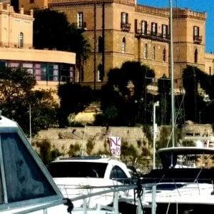 """Davanti all'hotel che ospiterà la Conferenza di Palermo uno striscione """"No summit"""""""