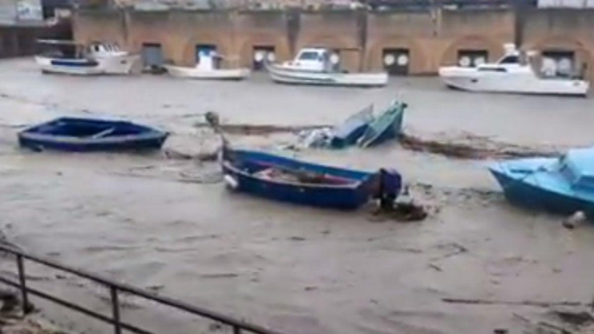 """Mazara del Vallo, el río desborda: inundaciones y daños. El alcalde: """"No hay intervención durante 8 años""""."""