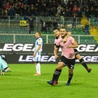 Il Palermo centra l'operazione sorpasso: 3-0 al Pescara, rosa in vetta alla