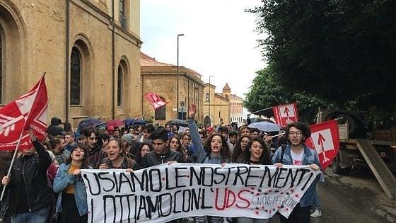 """Studenti in piazza: """"Stop al carolibri, sulla legge per il diritto allo studio ascoltate noi"""""""
