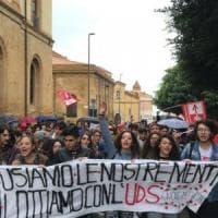 """Studenti in piazza: """"Stop al carolibri, sulla legge per il diritto allo"""